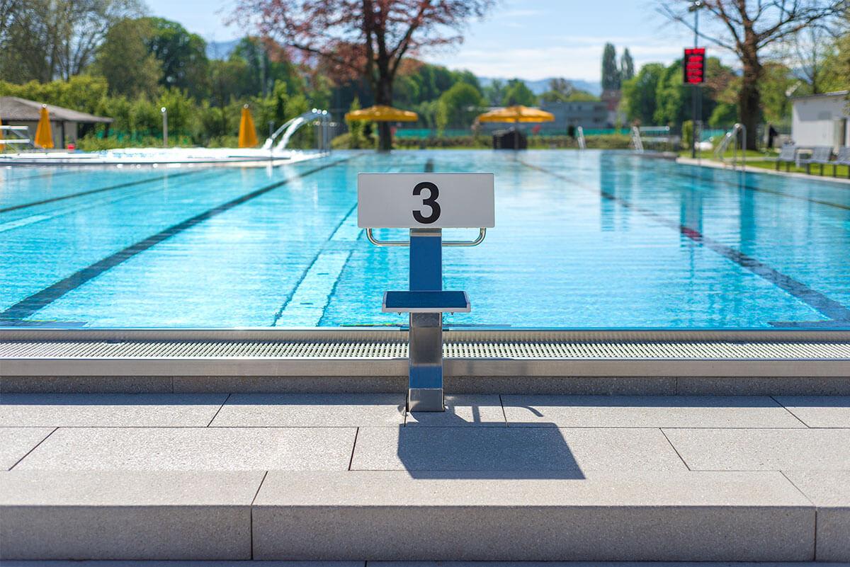 Startblock vor dem Schwimmerbecken