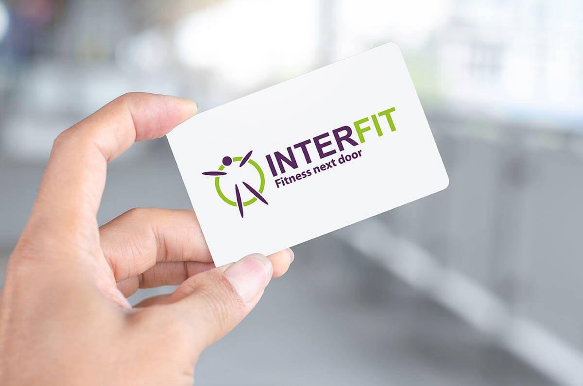 Hand hält Interfit-Mitgliederkarte.